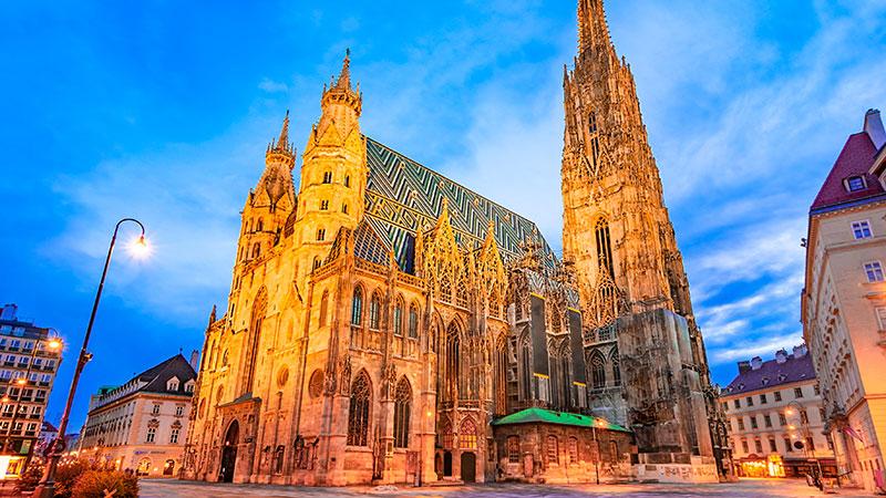 Stefansdomen i Wien blir lyst opp på kveldstid.