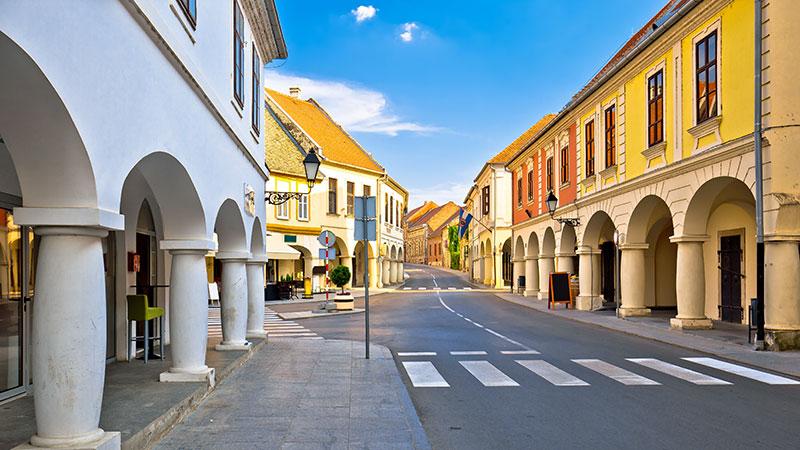 En vei gjennom byen Vukovar med stilfulle bygninger på hver side.