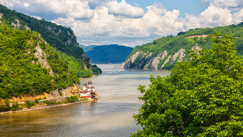 Donau renner gjennom den trange dalen som kalles jernporten.