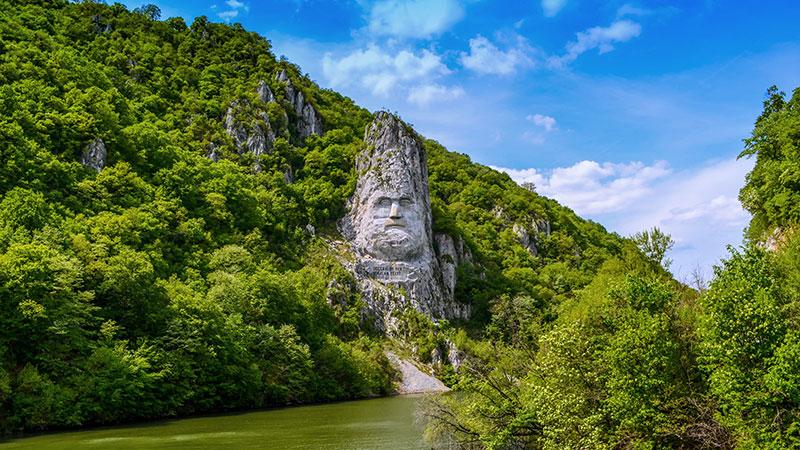 Et kongeansikt hugget inn i sten ved jernporten på Donau.