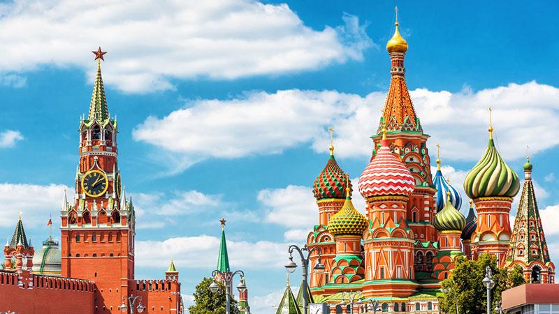 Kreml og fargerike Vasilijkatedralen i Moskva på en solskinnsdag
