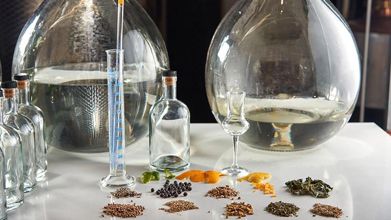 Krydder og urter som brukes til å lage egen gin