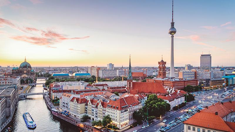 Bilde fra luften over Berlin og elven som renner igjennom byen.