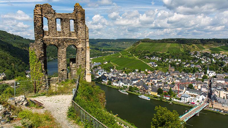 Gamle ruiner i Grevensburg. Utsikt over Mosel  og Traben-Trabach.