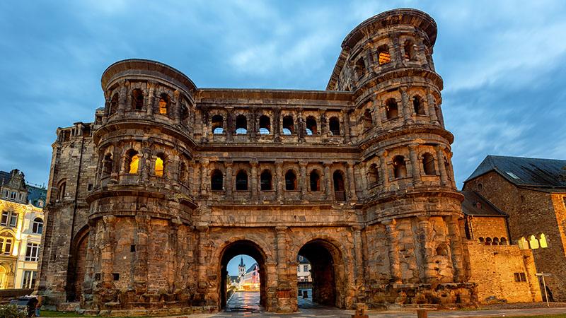 En bygning fra antikken som heter Porta Nigra i byen Trier.