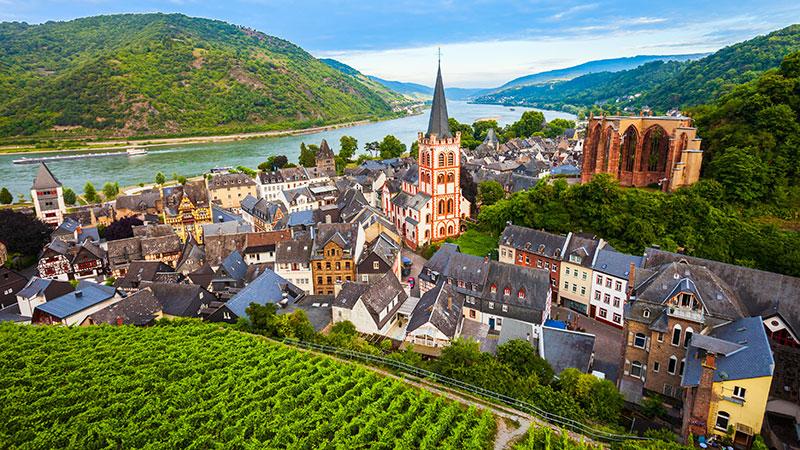 En koselig liten by beliggende ved Rhinen. Omkranset av frodig natur.