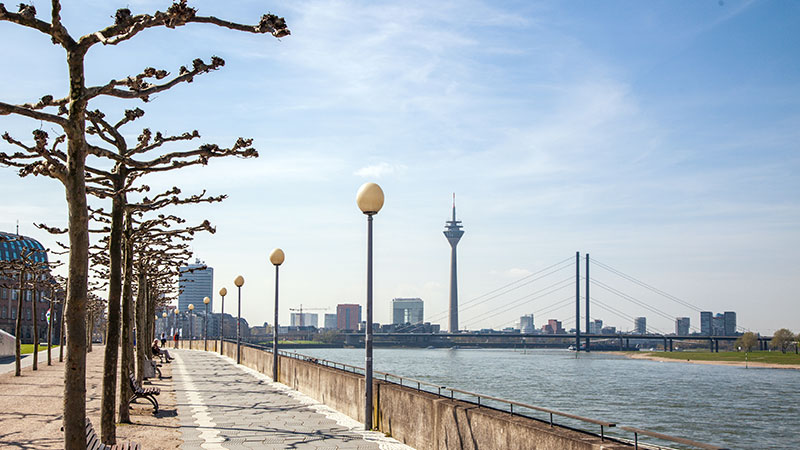 En promenade langs Rhinen i Düsseldorf. I bakgrunnen ses det berømte tårnet.