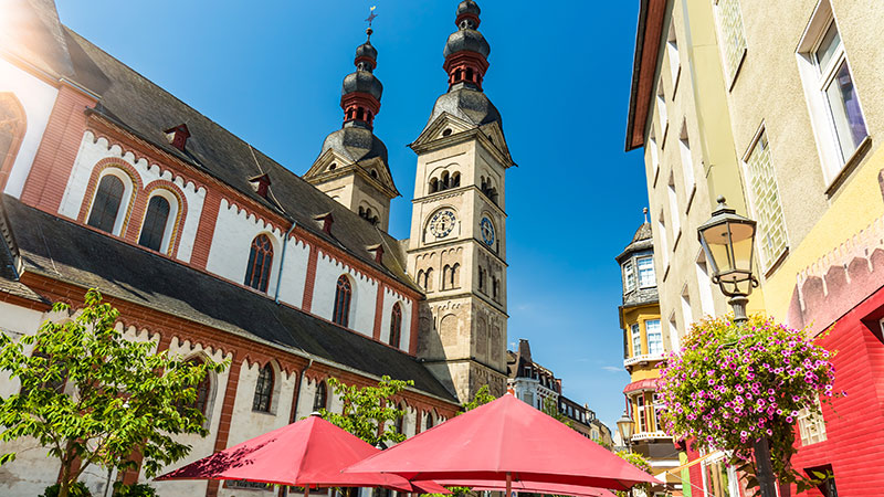 Kirke og gamle bygninger på en solskinnsdag i Koblenz.