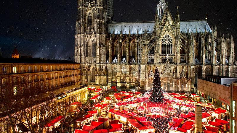 Mange røde juleboder sett fra luften. Plassert foran domen i Köln.