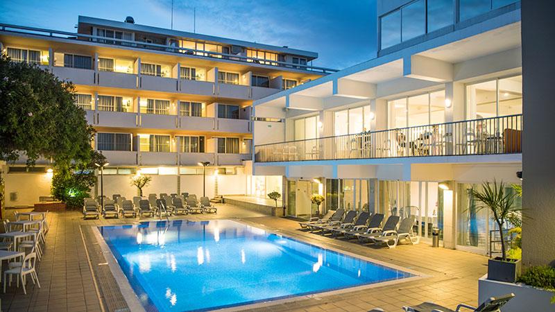 Hotel Londres svømmebasseng  om kvelden