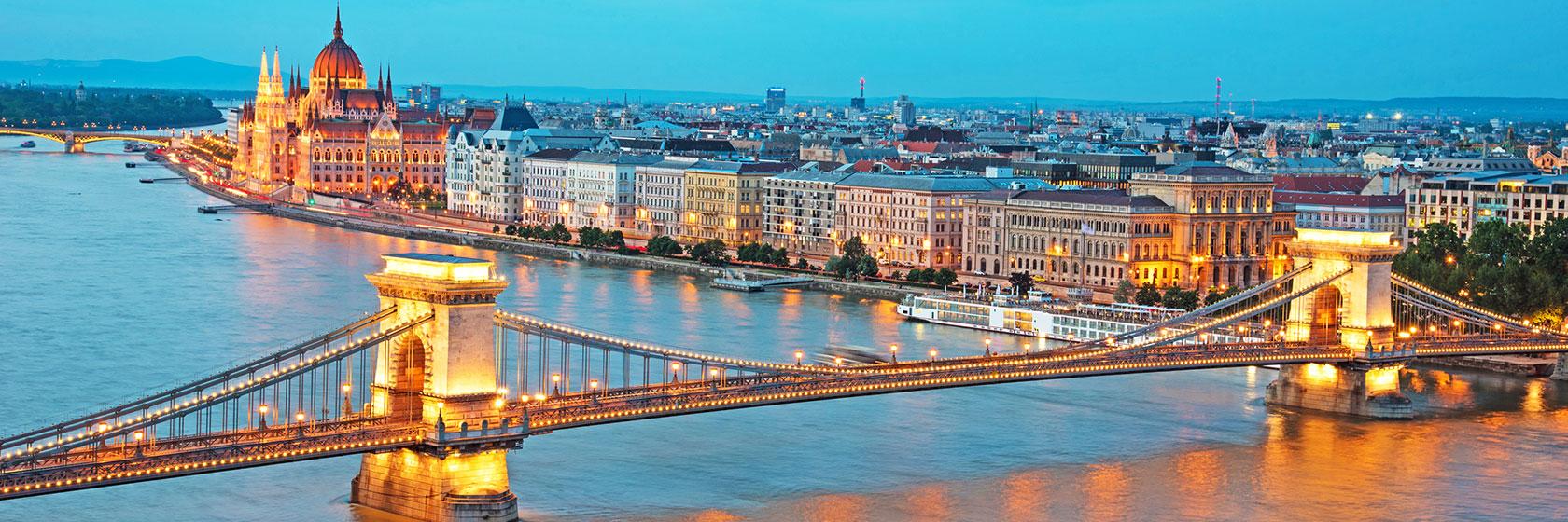 Bro over elven Donau på kveldstid i Budapest.